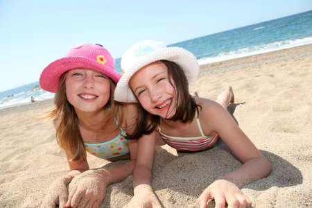 petite fille maillot de bain: Happy petites filles � la plage Banque d'images