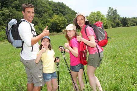 senderismo: Familia senderismo en campo pa�s
