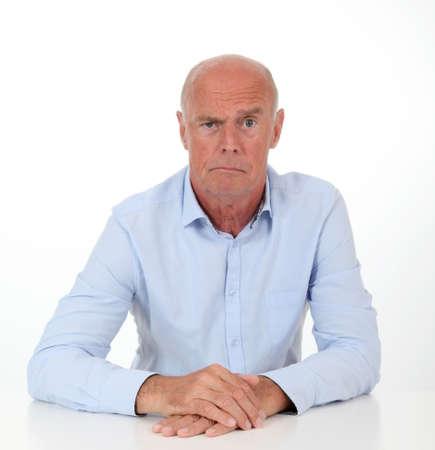 questionnement: Homme Senior avec regard interrogatif