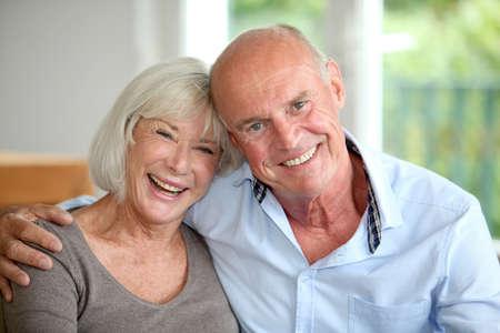 couple enlac�: Senior couple s'embrassant Banque d'images
