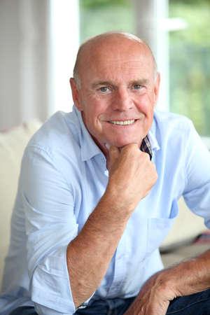 homme chauve: Portrait de sourire senior homme