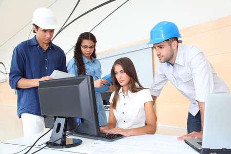 Groep van jonge architecten in zakelijke bijeenkomst Stockfoto