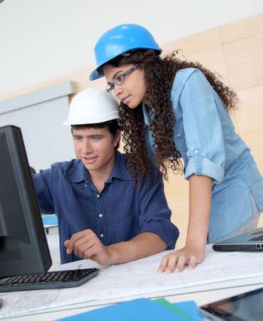 curso de formacion: Ingenieros de estudiantes trabajando en proyecto Foto de archivo