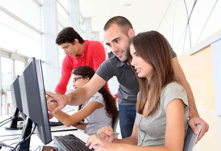 počítač: Skupina mladých lidí v odborné přípravy Reklamní fotografie