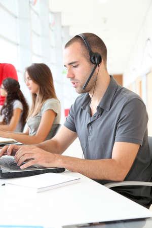 Employé service à la clientèle avec un casque sur