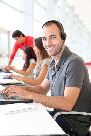 Employé du service client avec un casque sur