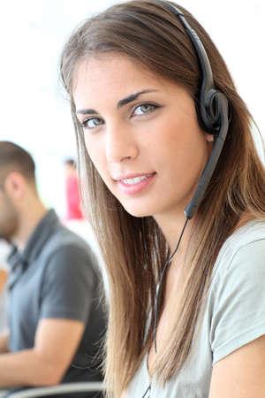Portrait d'une femme avec des écouteurs service à la clientèle