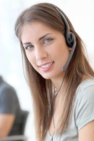 Portrait d'une femme avec un casque service à la clientèle