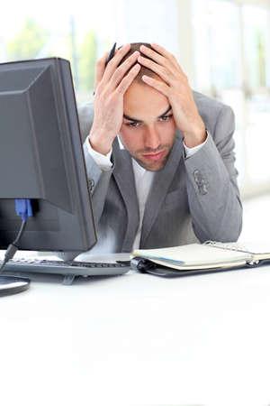 Porträt von erschöpften Geschäftsmann im Büro