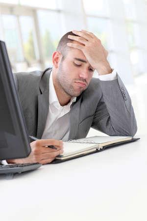 Porträt von erschöpften Geschäftsmann im Büro Standard-Bild