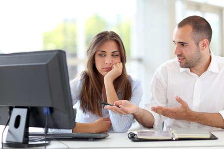 personas discutiendo: Trabajadores de oficina argumentando sobre proyecto