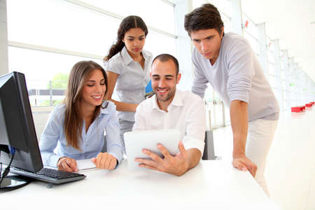 learning computer: Gruppo di giovani in corso di formazione