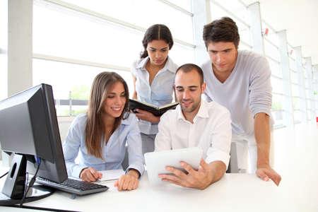 ordinateur bureau: Groupe de jeunes en stage