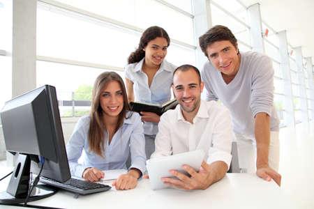 estudiantes universitarios: Grupo de jóvenes en el curso de formación