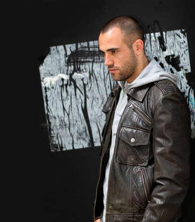 ni�o parado: Retrato de bad boy permanente en pared con etiquetas