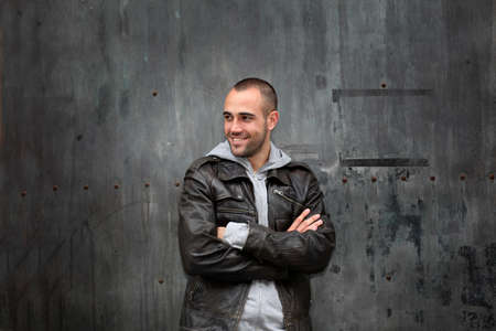 chaqueta de cuero: Hombre con reputaci�n de chaqueta de cuero en la puerta de metal