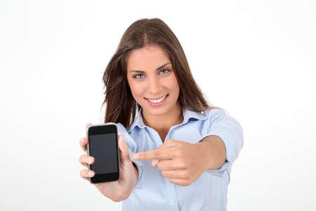 exibindo: Retrato de mulher bonita segurando smartphones Banco de Imagens