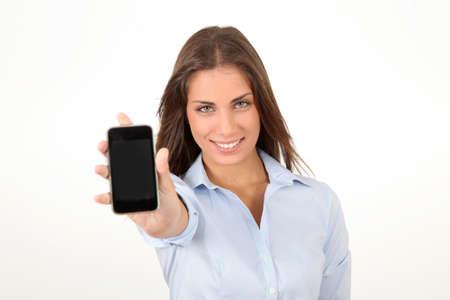 Portret van een mooie jonge vrouw met smartphone