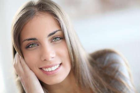 Portrait de la belle jeune femme