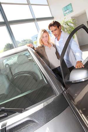 consommateurs: Couple qui cherchent � acheter une nouvelle voiture