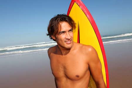 niño sin camisa: Retrato de guapo surfista en la playa