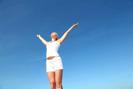 manos levantadas al cielo: Mujer estirando los brazos hacia arriba de la libertad