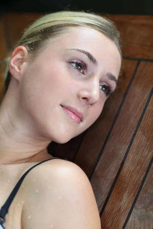 thalasso: Jeune femme de détente dans la table de massage