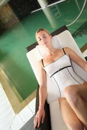 thalasso: Belle dame de détente dans la piscine chaise longue par