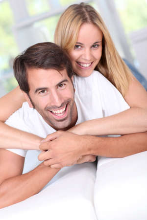 pareja en casa: Pareja joven que se establecen sof� Foto de archivo