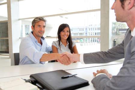 podání ruky: Muž dává handshake na realitním agentem