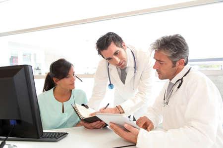 medico computer: Gente medico che soddisfi in ospedale ufficio