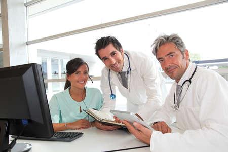 doctor verpleegster: Medische mensen ontmoeten in het ziekenhuis kantoor