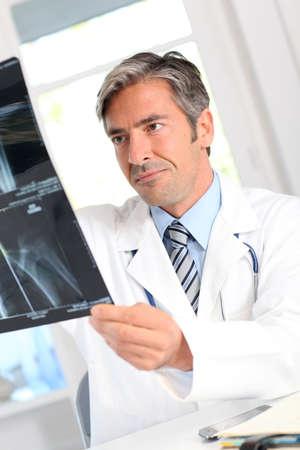 Homme regardant les résultats Xray