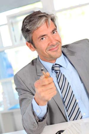 장점: 고객에게 제품의 장점을 제공하는 사업가