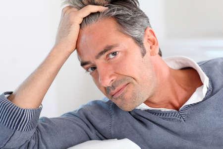 Handsome man Entspannung in Sofa zu Hause Standard-Bild