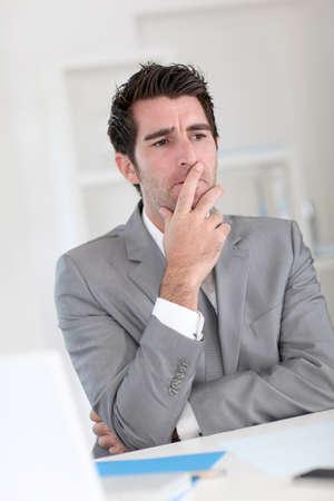 interrogativa: Hombre de negocios con mirada dudosa