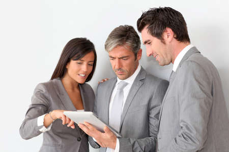personas de pie: La gente de negocios en la sala de reuni�n con la tableta
