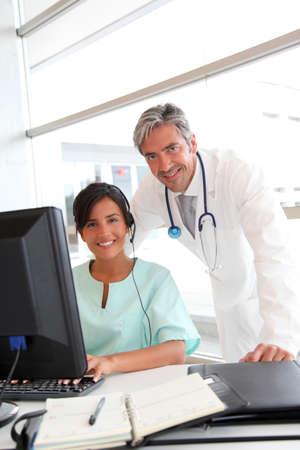 uniformes de oficina: M�dico y enfermera que trabaja en la oficina