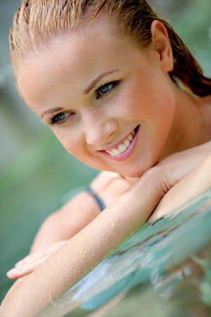 thalasso: Portrait d'une femme belle dans la piscine