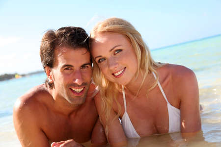 personas abrazadas: Pareja de recién casados ??baño en aguas cristalinas