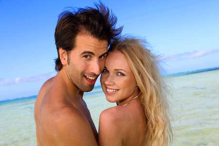 personas abrazadas: Pareja en luna de miel en la isla tropical