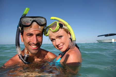 picada: Pareja con equipo de snorkel Foto de archivo