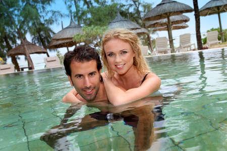 personas abrazadas: Pareja en el hotel de lujo piscina