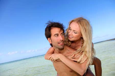 personas abrazadas: Pareja en la luna de miel en la isla tropical