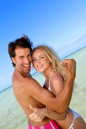 personas abrazadas: Pareja en la luna de miel en isla tropical