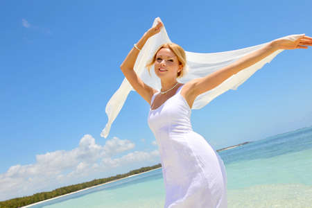 estola: Novia en la playa con estola blanca