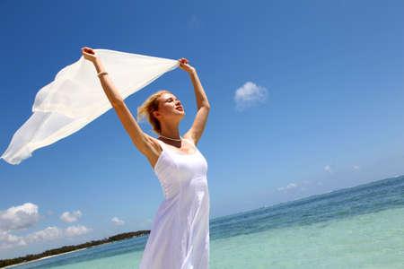 stola: Braut auf dem Strand mit wei�em gestohlen