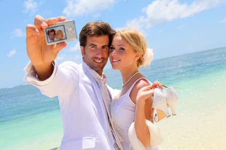 personas tomando agua: Pareja acaba de casarse con tomar una foto de s� mismos