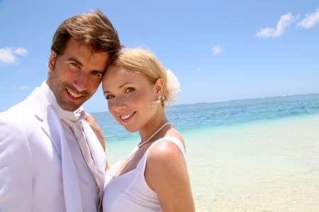 pareja de esposos: Retrato de pareja de reci�n casados ??en la playa