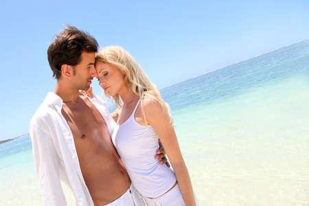 personas abrazadas: Retrato de pareja en el ser querido de vacaciones en la playa